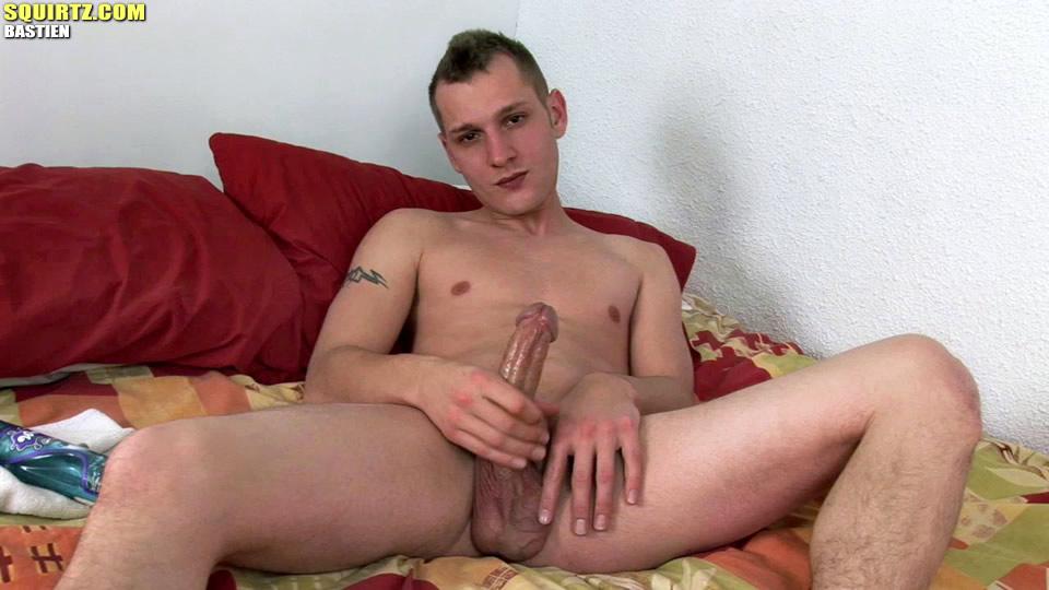 хлопець мастурбує свій член відео
