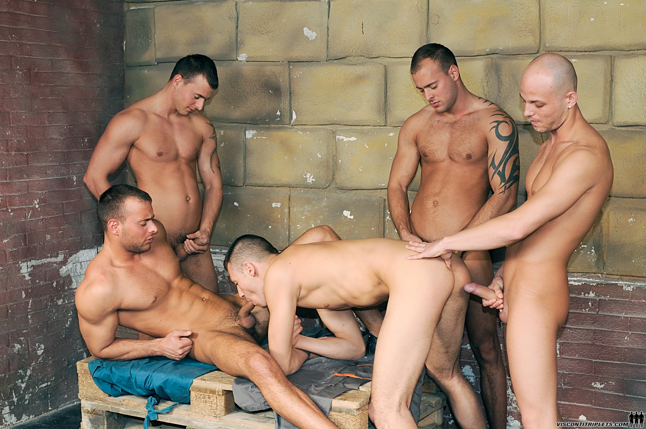 Парни трахает группа мужиков